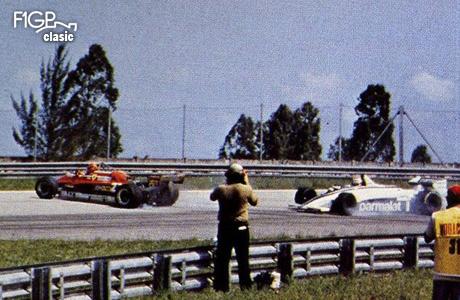 Gilles Villeneuve iese din cursă când greşeşte încercând să îşi apere poziţia