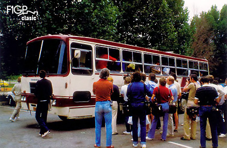 Adunaţi în autobuz, piloţii, sub conducerea lui Lauda, au plecat în Johannesburg.