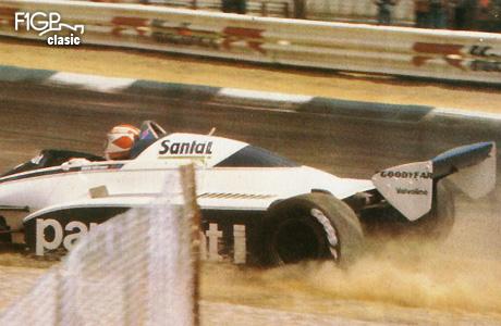Nelson Piquet (Brabham) abandonează în urma unui accident.